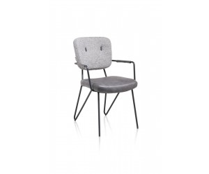 Chaise en tissu gris cosy et minimaliste avec accoudoirs