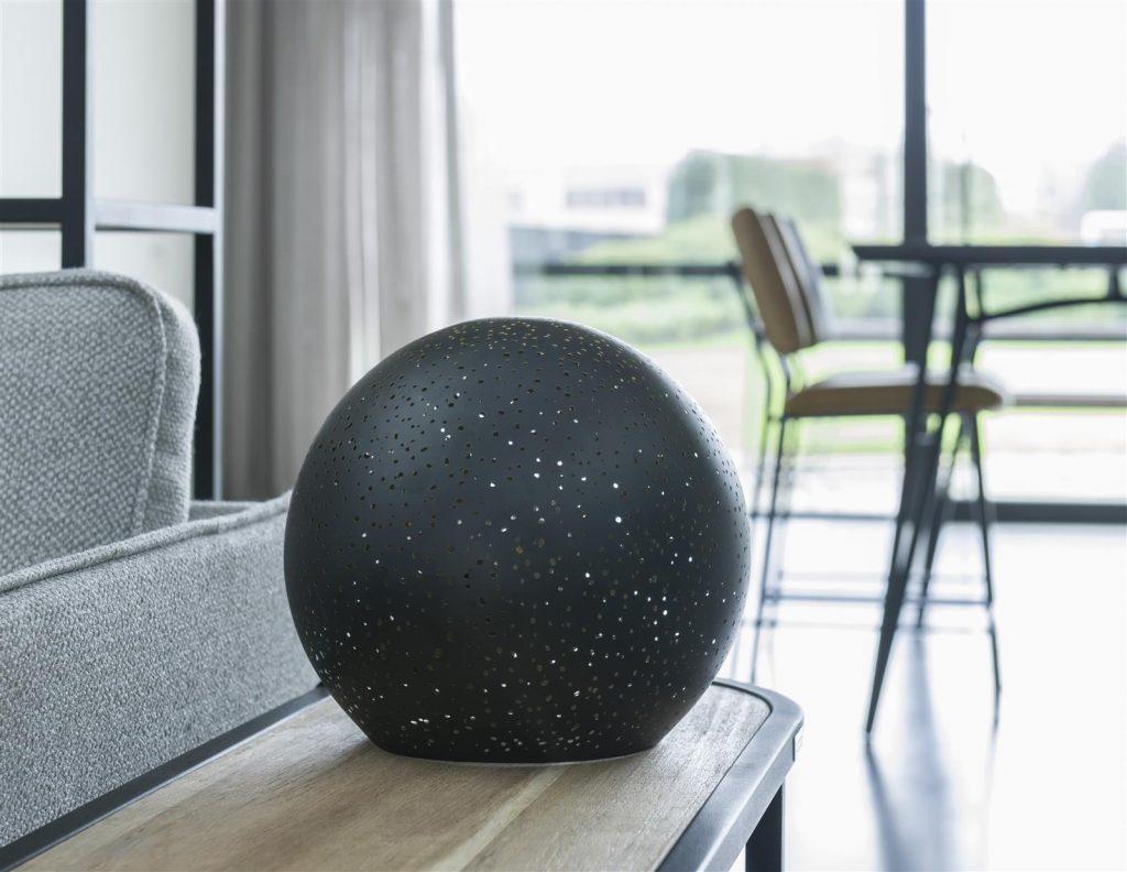 Lampe à poser en forme de boule noire perforée