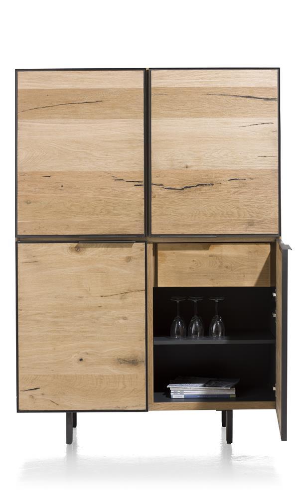 Armoire en bois avec détails métalliques noirs