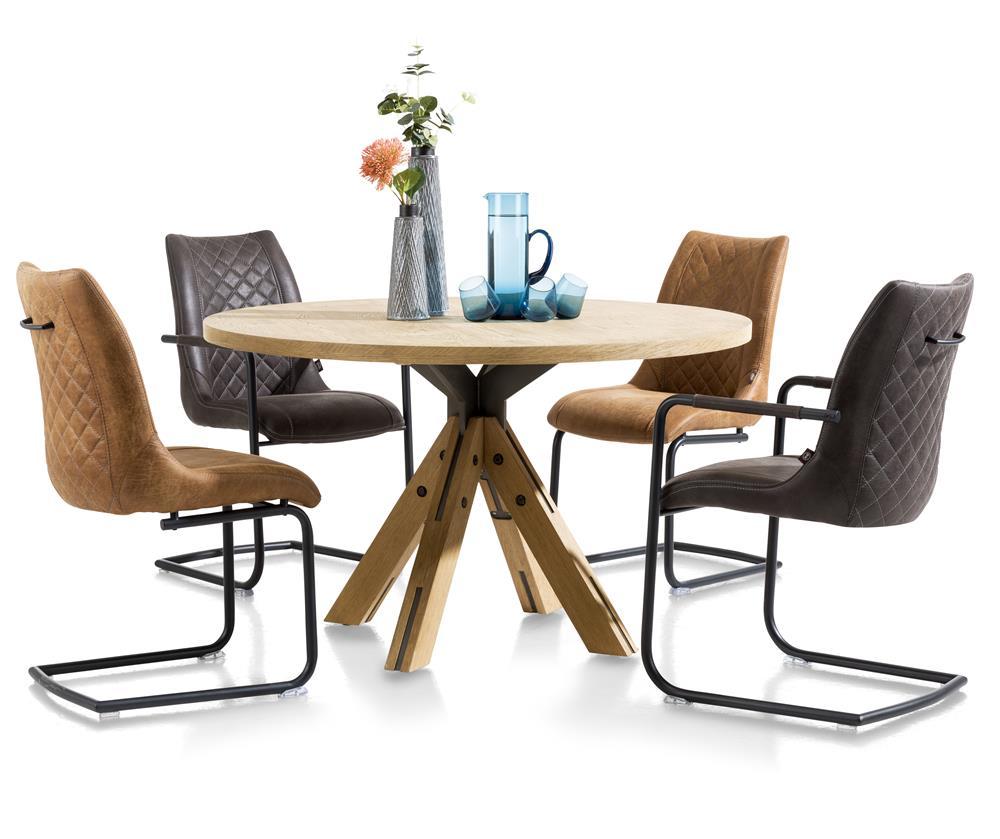 Table ronde en bois et chaises noires et cognac