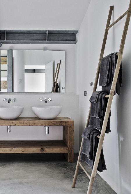 salle de bain avec porte-serviettes échelle