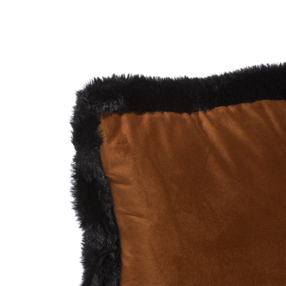 Coussin en velours orange contour noir