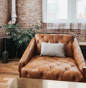 fauteuil capitonné cuir marron