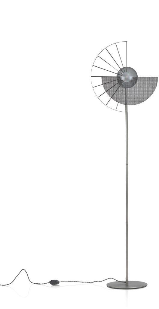 Lampadaire design en métal chromé avec variateur d'intensité intégré