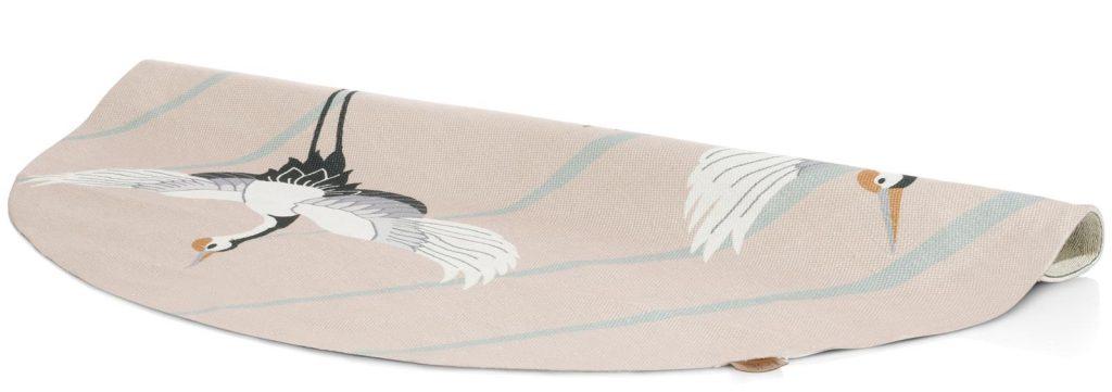 Tapis rond rose pâle représentant deux oiseaux grues