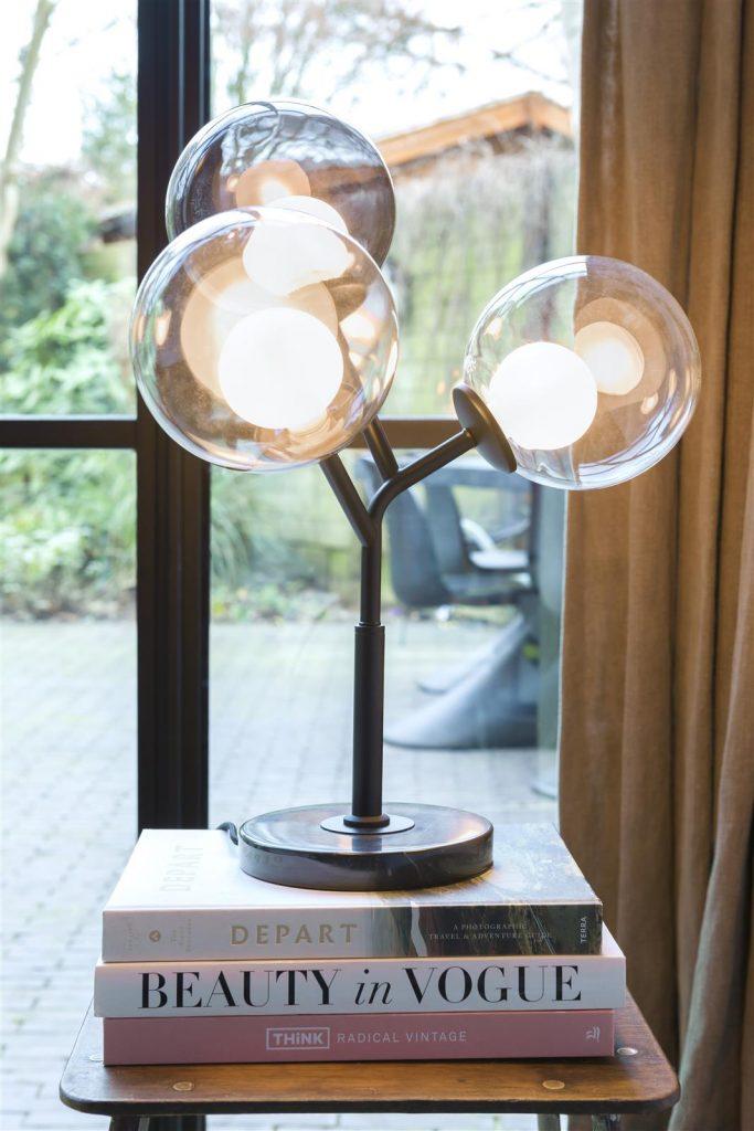Lampe à poser boules en verre contemporaine sur pied métal noir