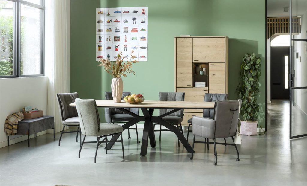 Salle à manger contemporaine et conviviale bois de chêne et métal noir