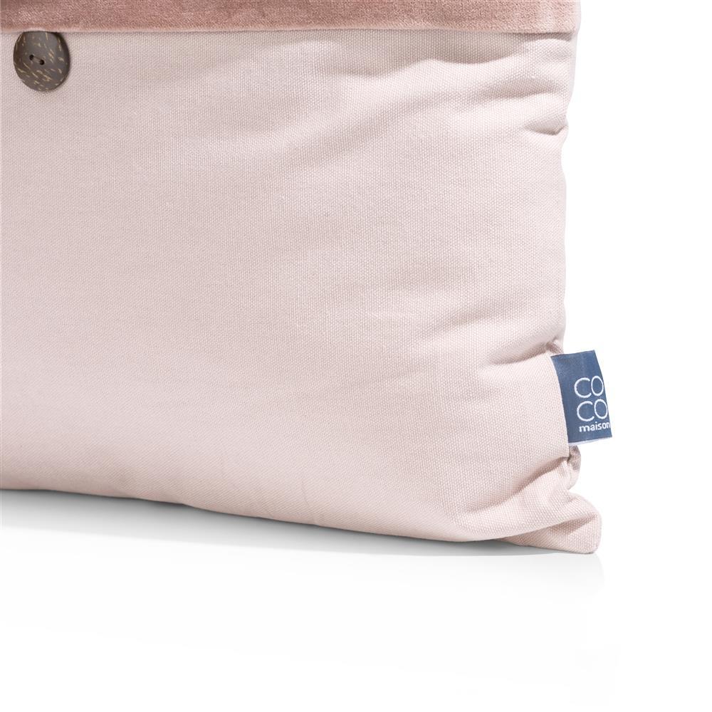 Coussin carré rose pâle avec un bouton