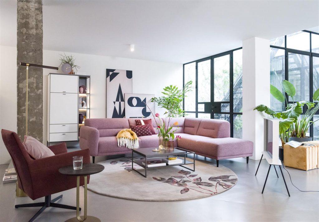 Ambiance salon contemporain et minimaliste canapé rose