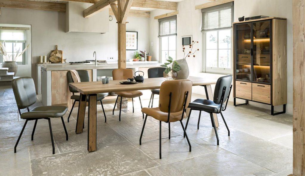 Ambiance intérieur naturel avec meubles en bois et chaises en cuir