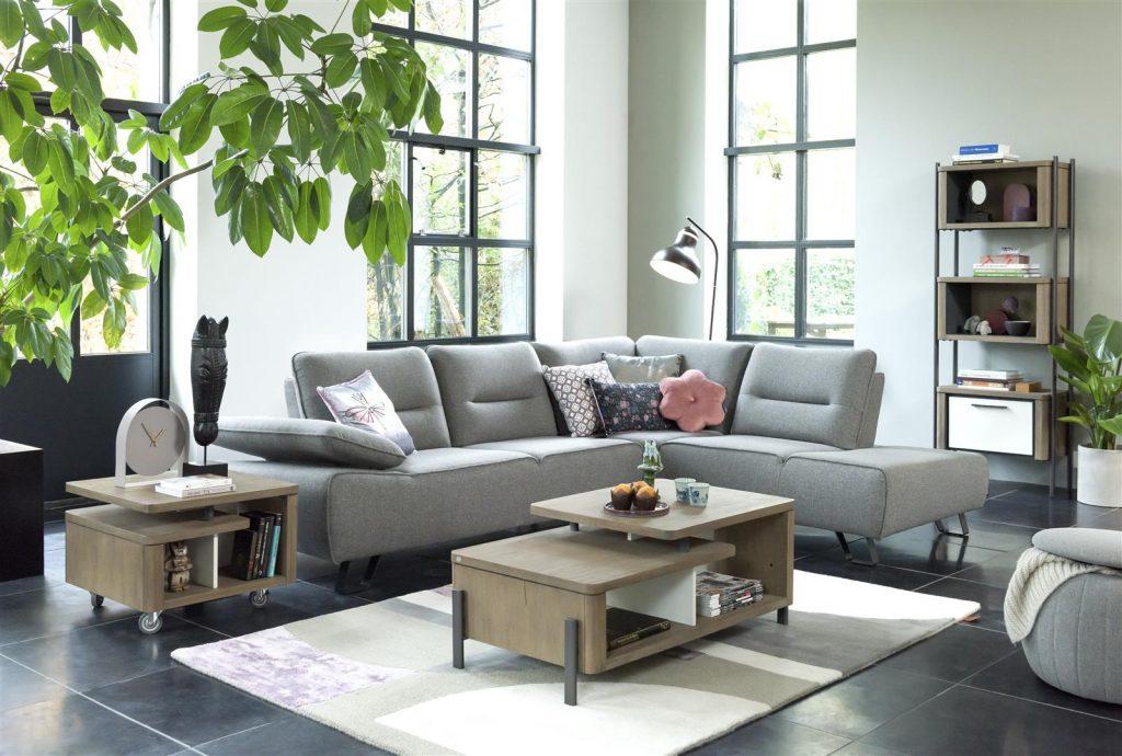 Salon moderne et sobre avec canapé d'angle en tissus gris clair