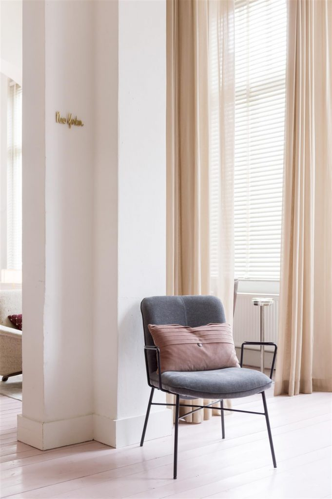 Décoration intérieur nude avec fauteuil minimaliste gris