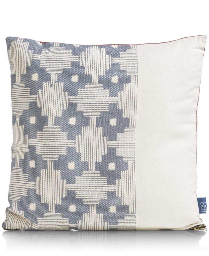 Coussin carré réversible en tissu bleu gris et cognac