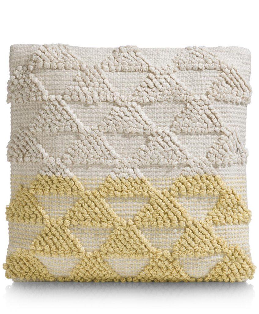Coussin cocooning en tissu beige et motifs triangulaires colorés