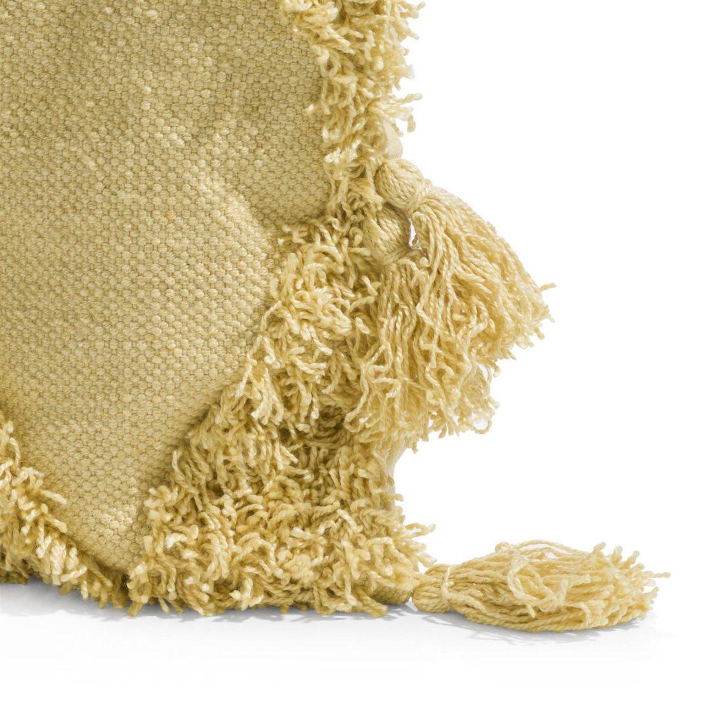 Coussin cocooning en tissu jaune avec pompons