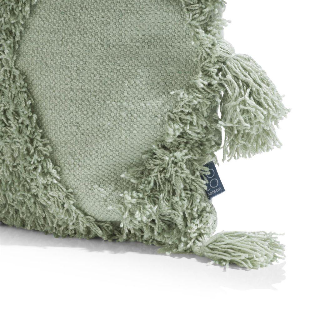Coussin cocooning en tissu couleur menthe avec pompons