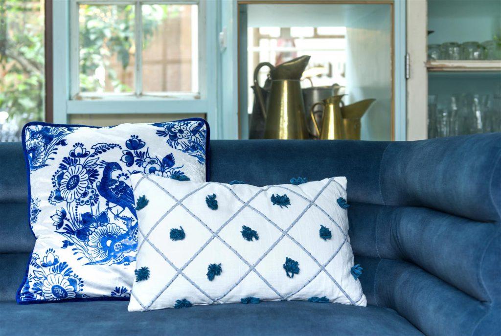 Assortiment de coussin bleus et blancs