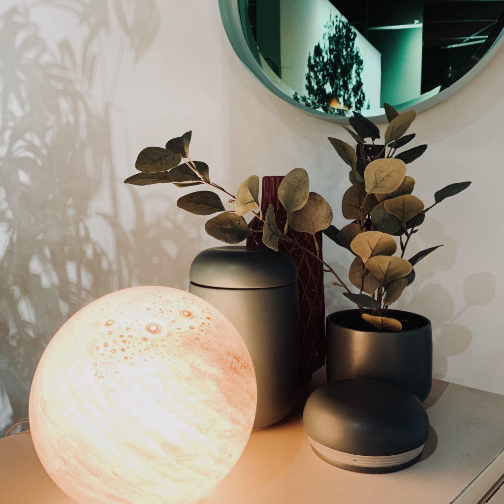 Lampe boule lumière douce teinte rose pastel
