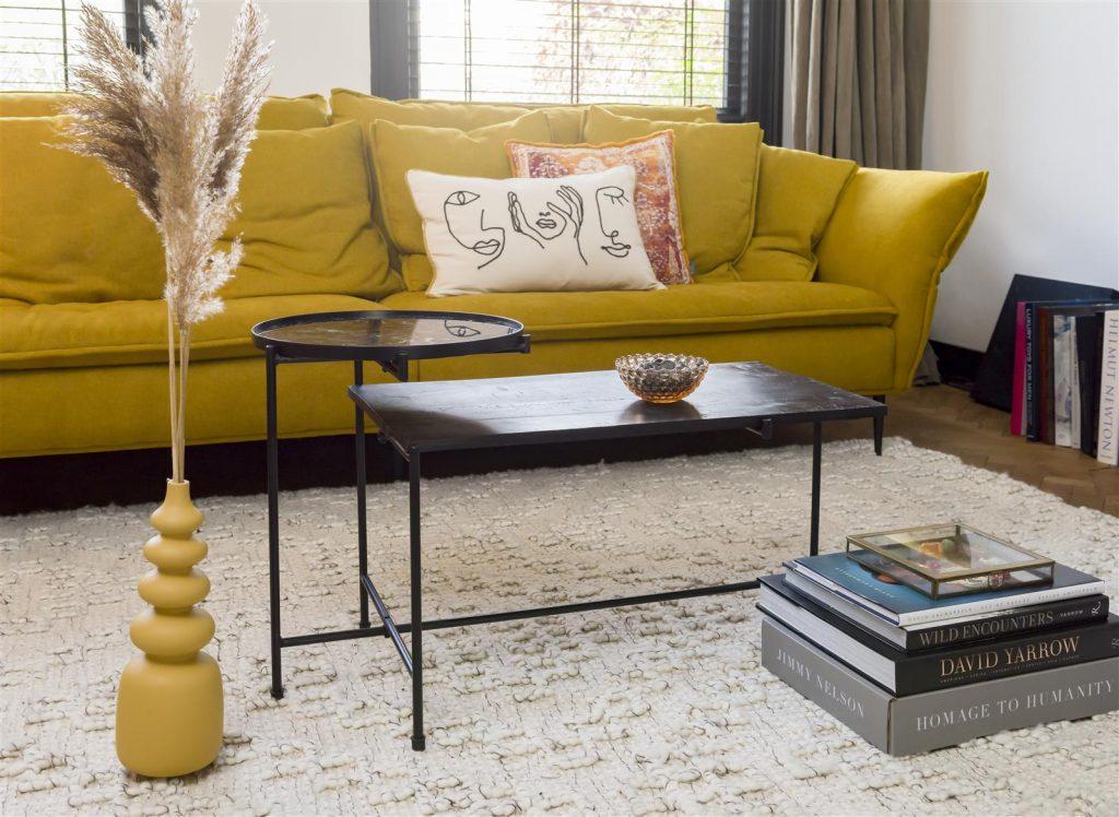 Ambiance salon contemporain teinte jaune moutarde