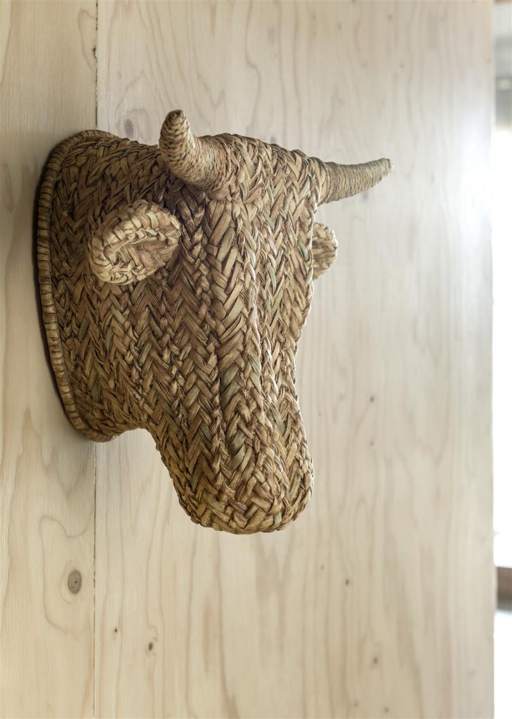 Décoration murale tête de taureau en roseau