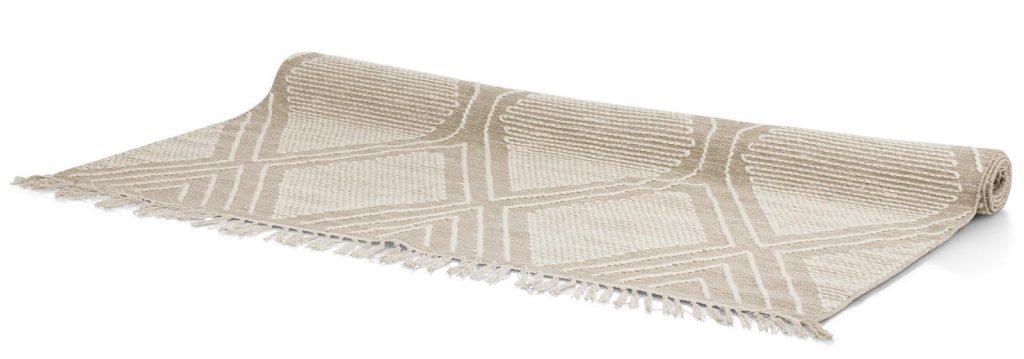 Tapis beige à poils ras avec coutures blanches tendance naturelle