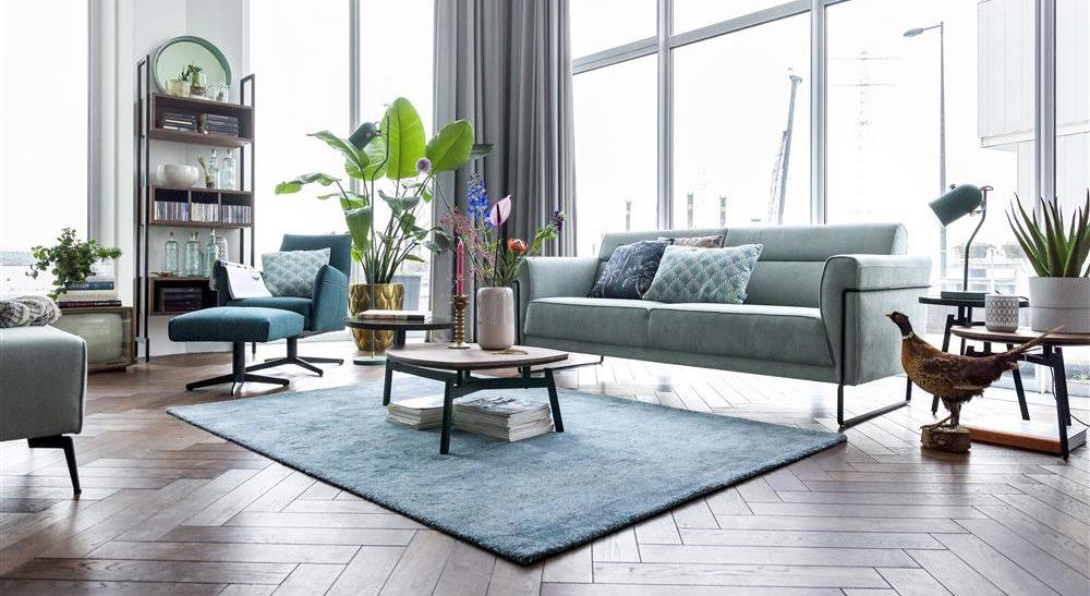 Salon rétro chic avec canapé bleu clair