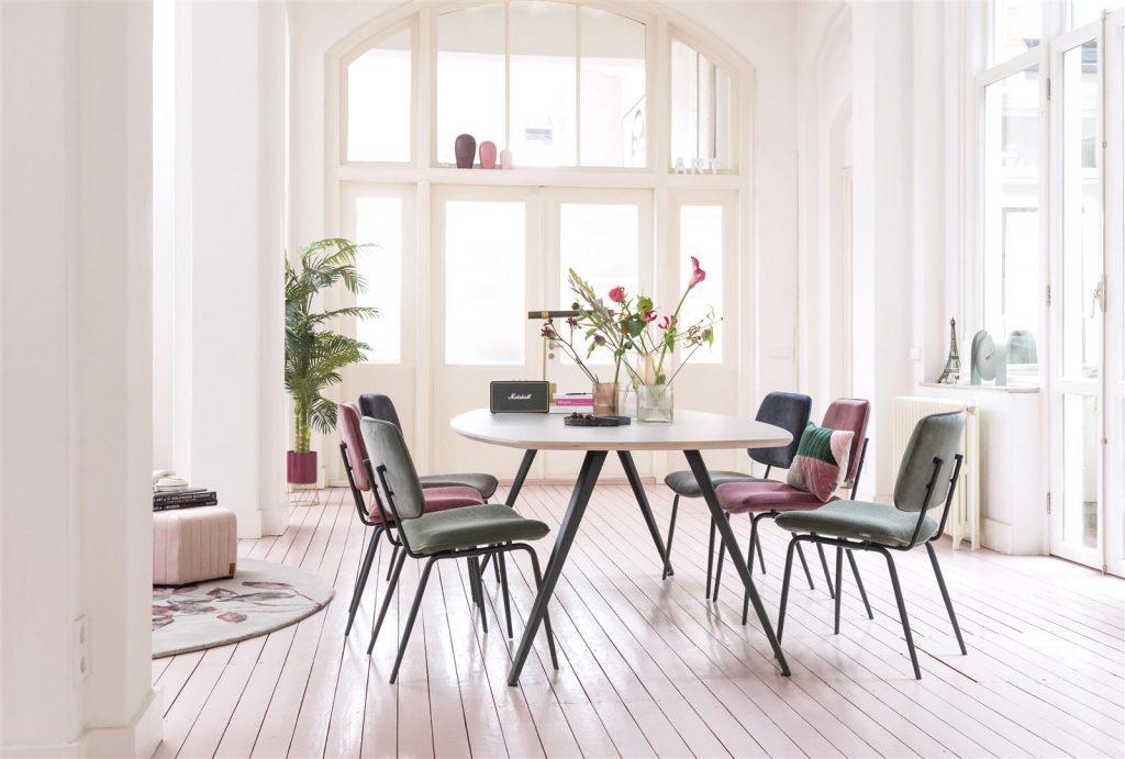 Salle à mange minimaliste et rétro