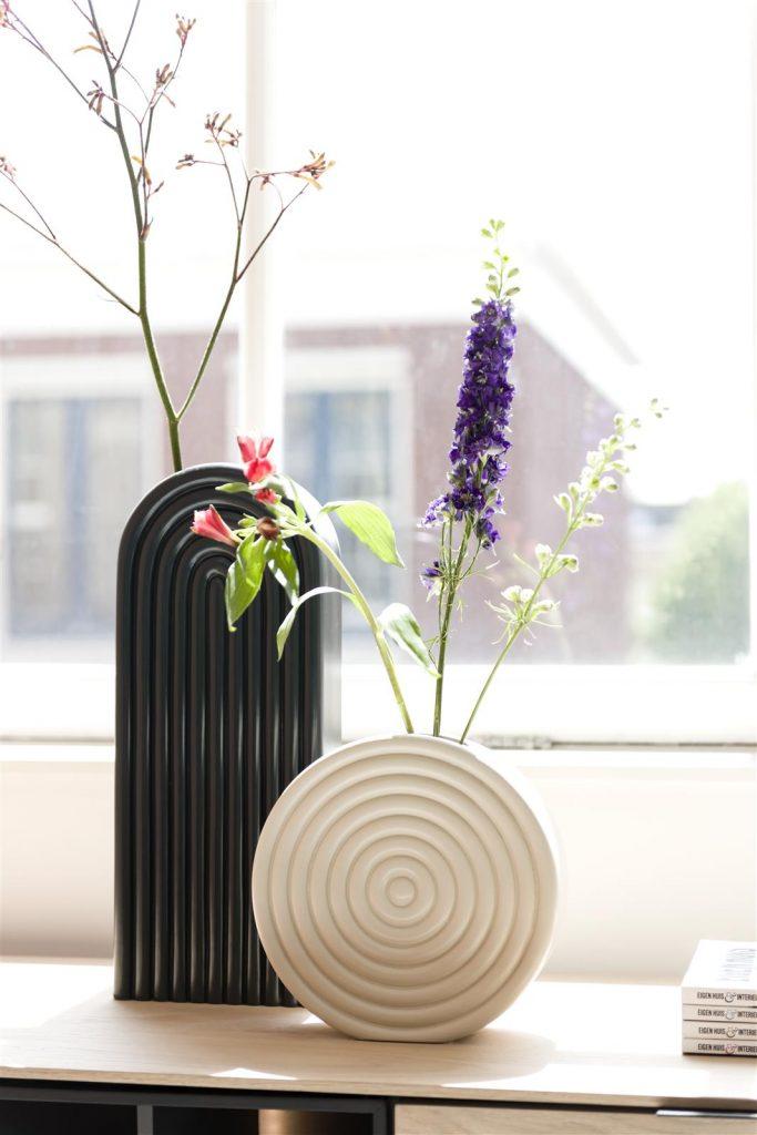 Vases contemporain en céramique beige et noire