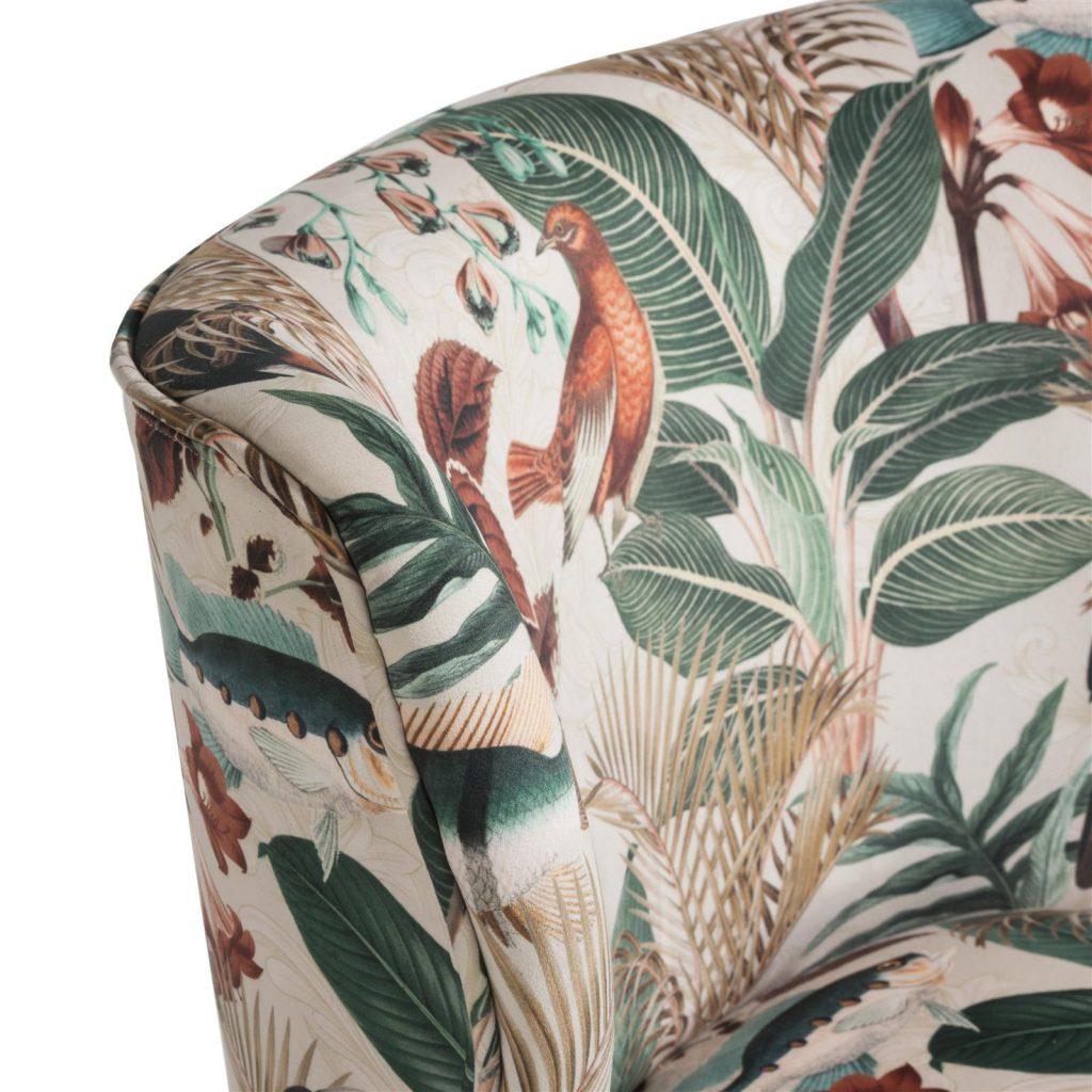 Fauteuil décoratif en tissu avec motifs tropicaux colorés