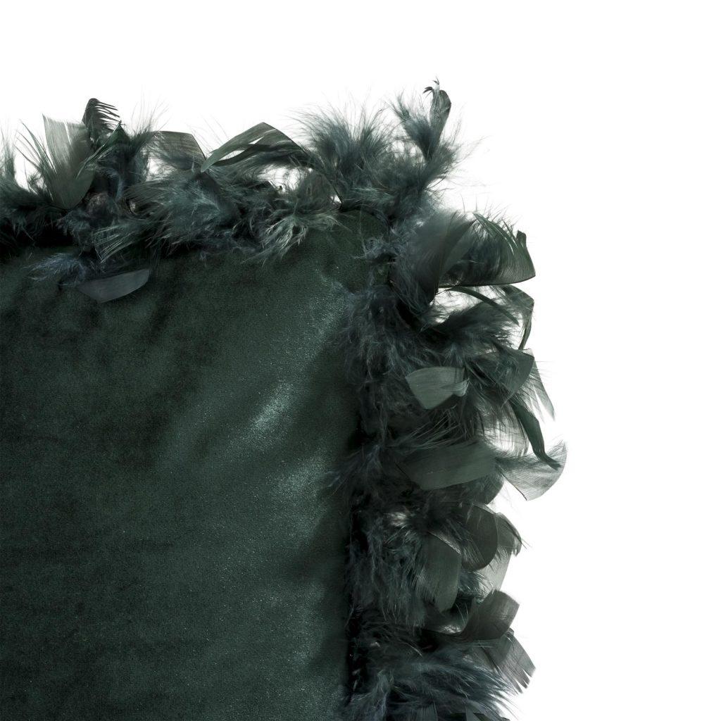 Coussin rectangulaire en velours vert foncé habillé de plumes