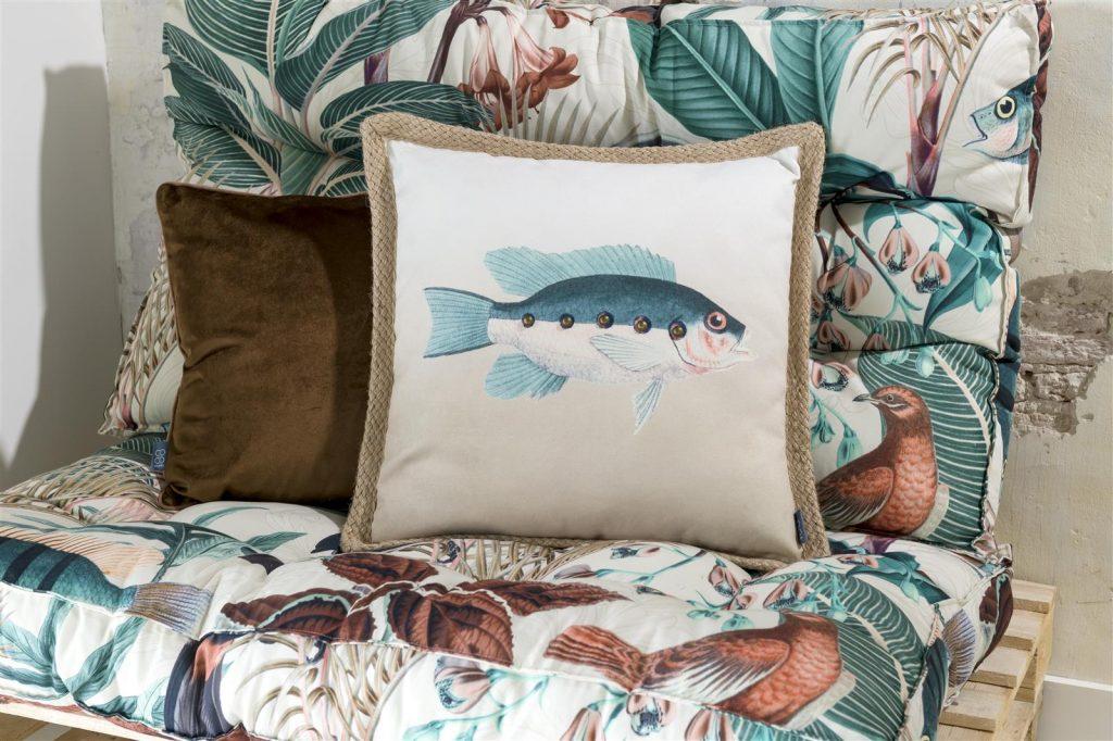 Coussin beige tendance bord de mer avec motif poisson
