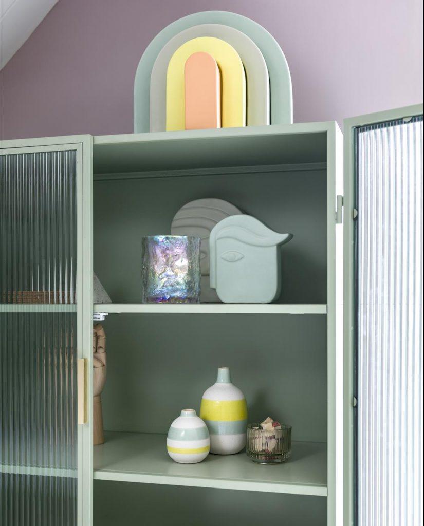 Vitrine et objets déco couleurs pastel