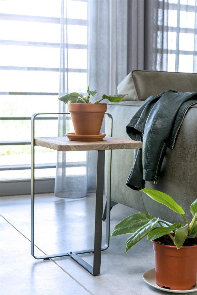 Bout de canapé bois de kikar naturel et métal anthracite
