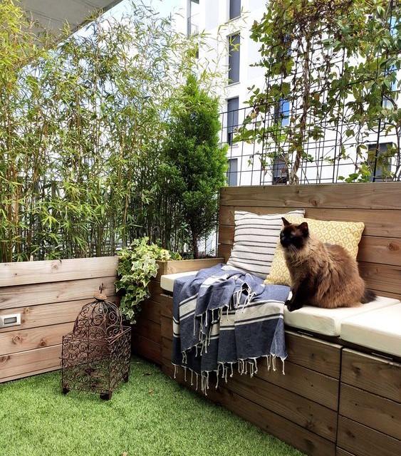 Balcon végétalisé avec herbe synthétique