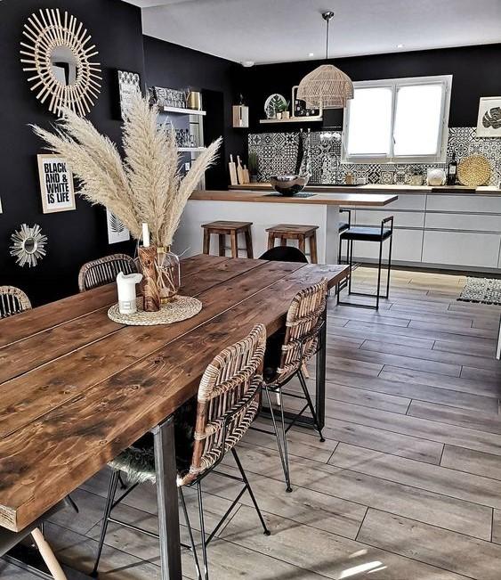 Séjour industriel bohème avec une grande table en bois brut