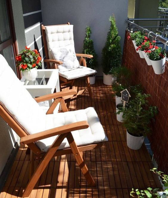 Balcon aménagé cosy avec sol en bois et 2 transats