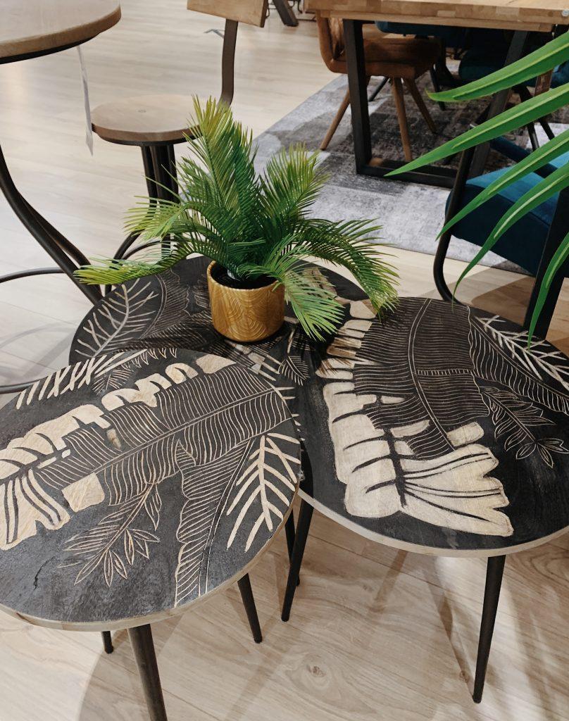Tables gigognes scandinaves en bois et motifs végétaux
