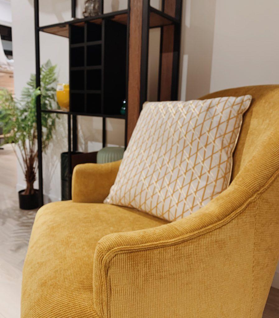 Fauteuil style vintage en velours côtelé jaune