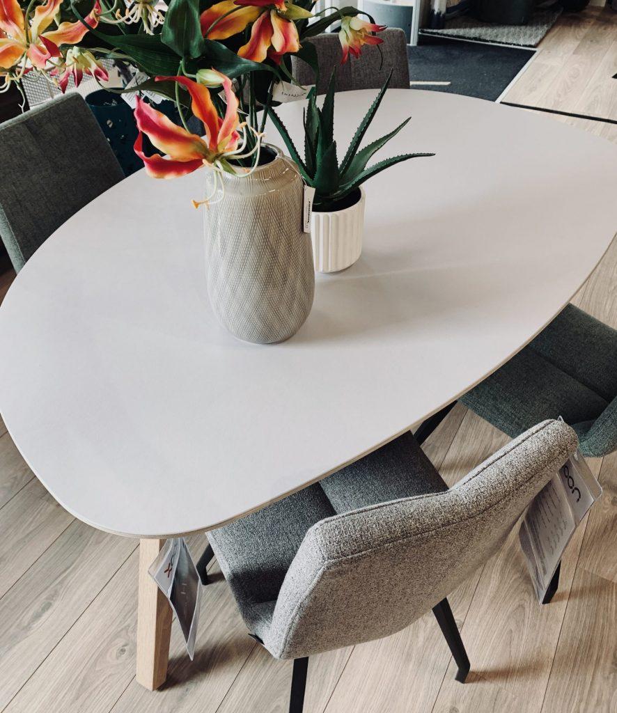 Table scandinave blanche et chaises minimalistes