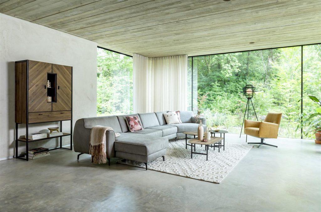 Salon minimaliste et chaleureux avec canapé gris et meuble en bois