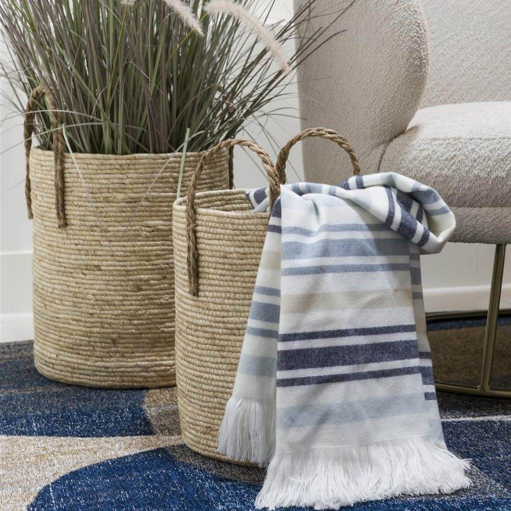 Paniers en osier et plaid en laine décoration bord de mer