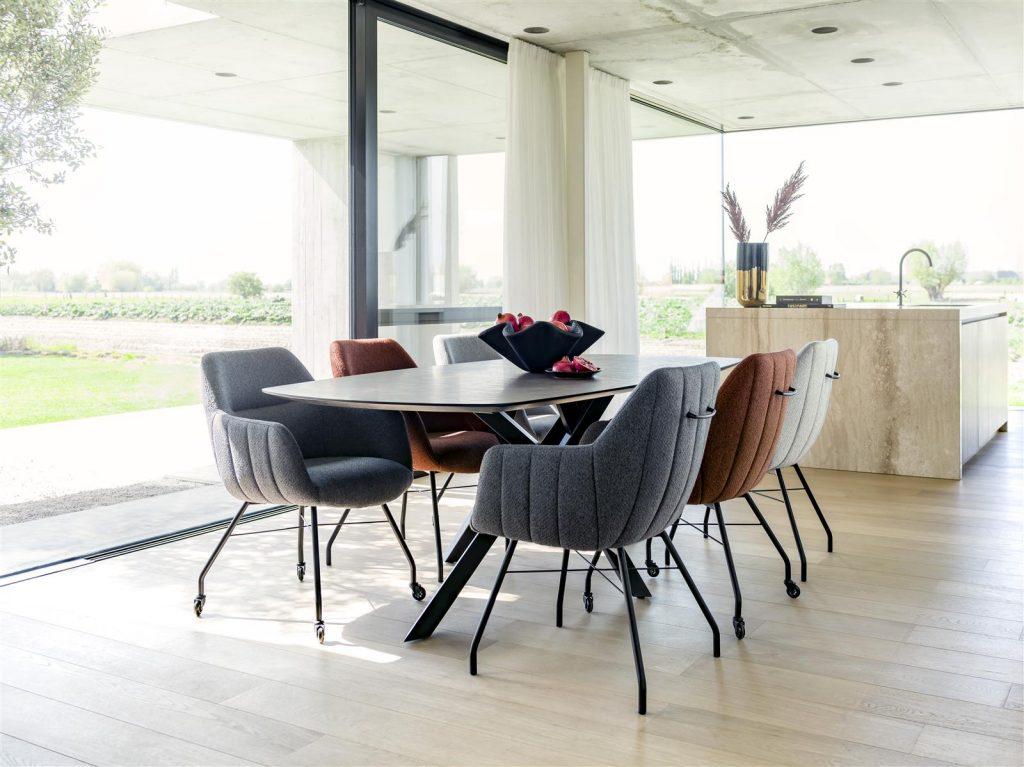 Salle à manger chaleureuse et minimaliste