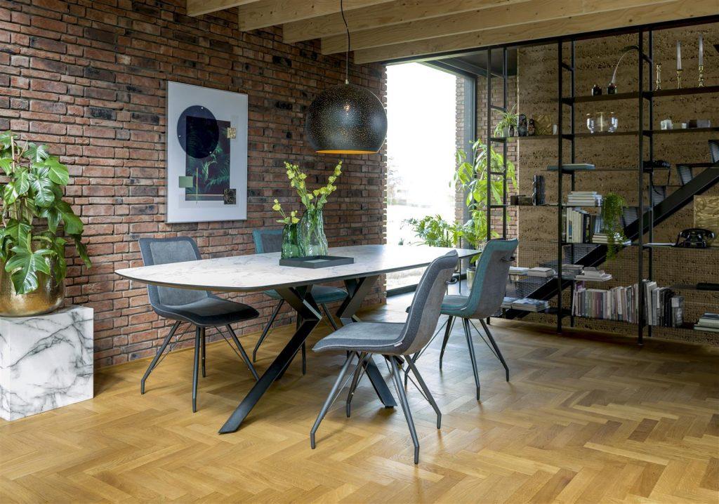 Salle à manger industrielle et minimaliste