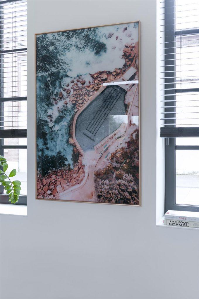 Toile imprimé décorative représentant une piscine en bord de mer