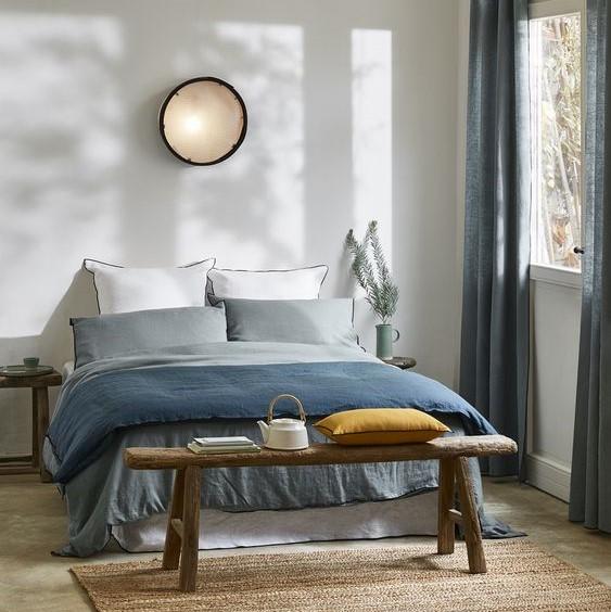 Décoration chambre avec pied de lit banc en bois brut