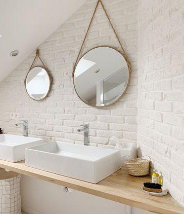 Salle de bain naturelle avec mur effet brique