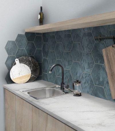 Cuisine marbre blanc et carrelage hexagonal