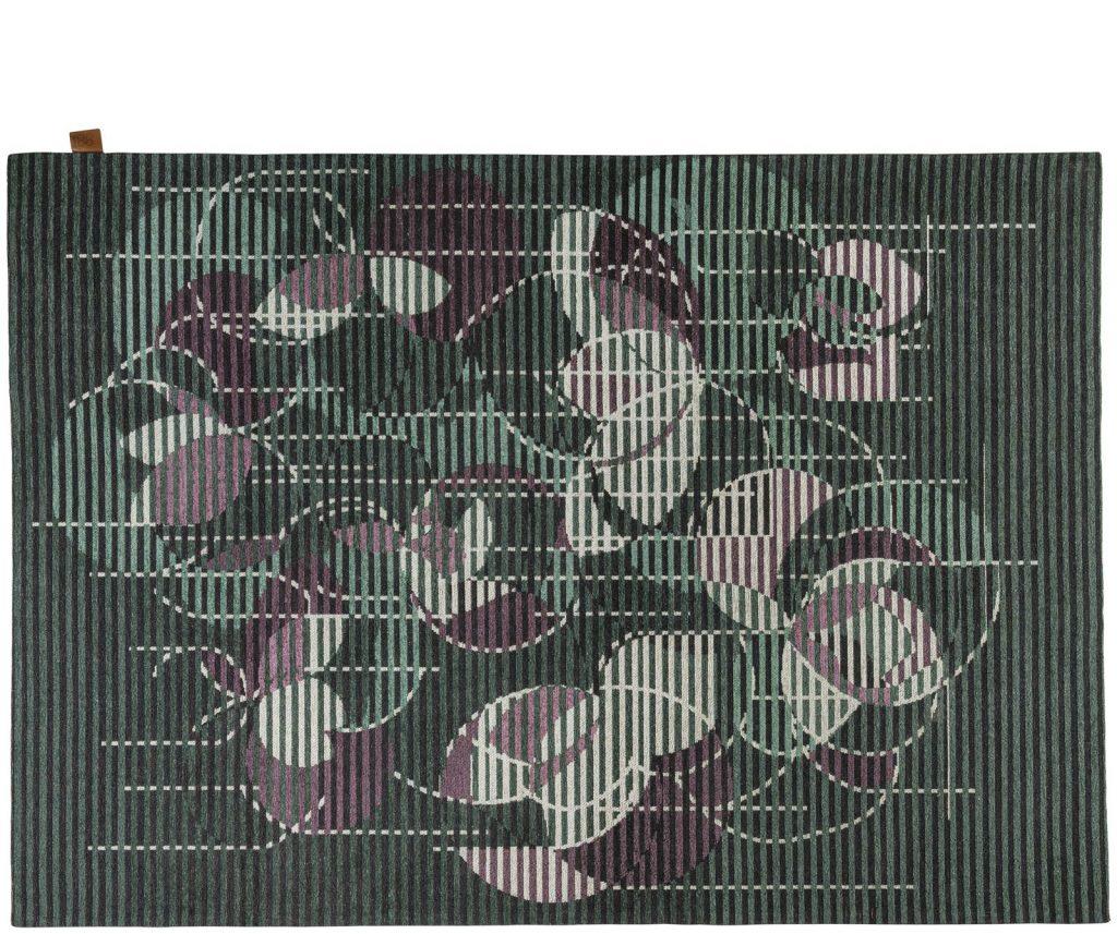 Tapis violet et gris aux formes géométriques