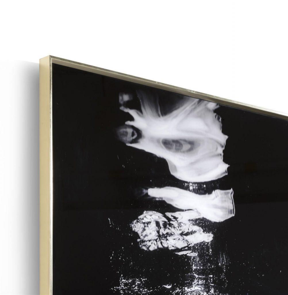 Tableau noir et blanc représentant une femme dans l'eau