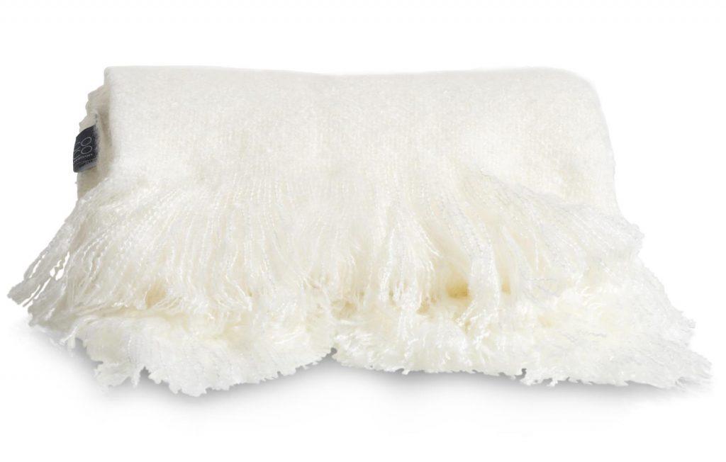 Plaid en tissu blanc avec franges